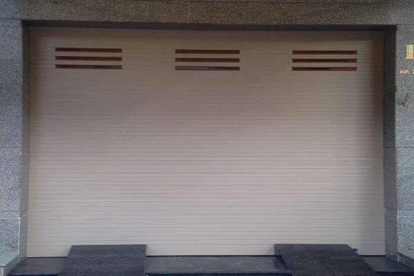Austdoor cung cấp nhiều dòng cửa cuốn khe thoáng chất lượng.